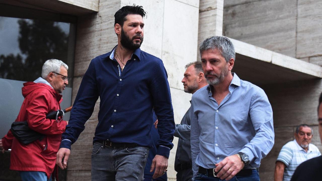El hermano del futbolista y su padre, al salir de Tribunales.