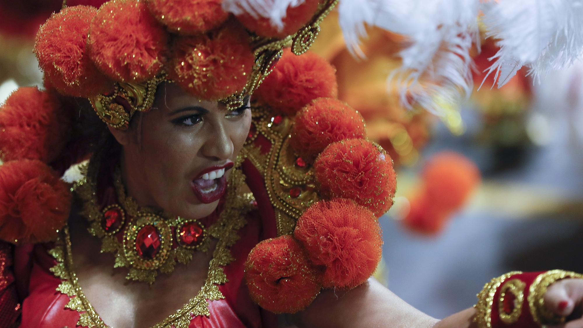 Carnaval en Sao Paulo - BRA66. SAO PAULO (BRASIL), 11/02/2018.- Integrantes de la escuela de samba del Grupo Especial Mocidade Alegre participan en la celebraci�n del carnaval hoy, domingo 11 de febrero de 2018, en el samb�dromo de Anhemb� en Sao Paulo (Brasil). EFE/Sebasti�o Moreira