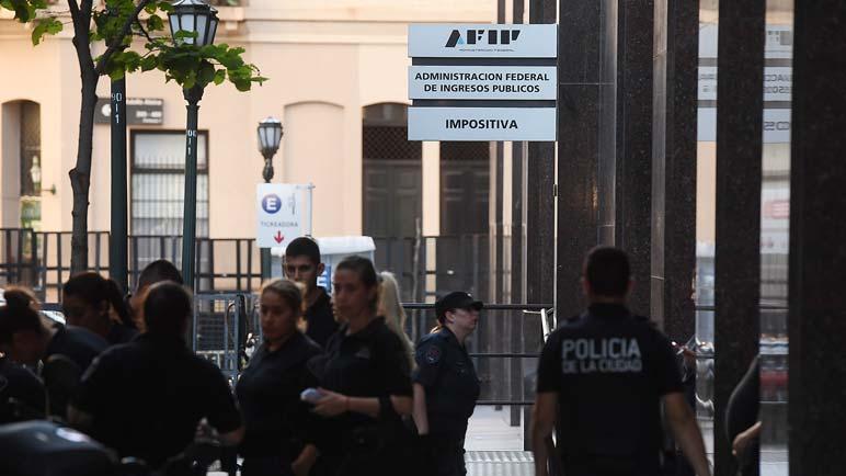Los 50 allanamientos se hicieron sentir, dejando siete empleados deAFIP y mas personas detenidas.