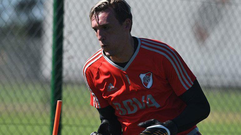Armani entrena y espera. Podría tener su oportunidad ante Boca.