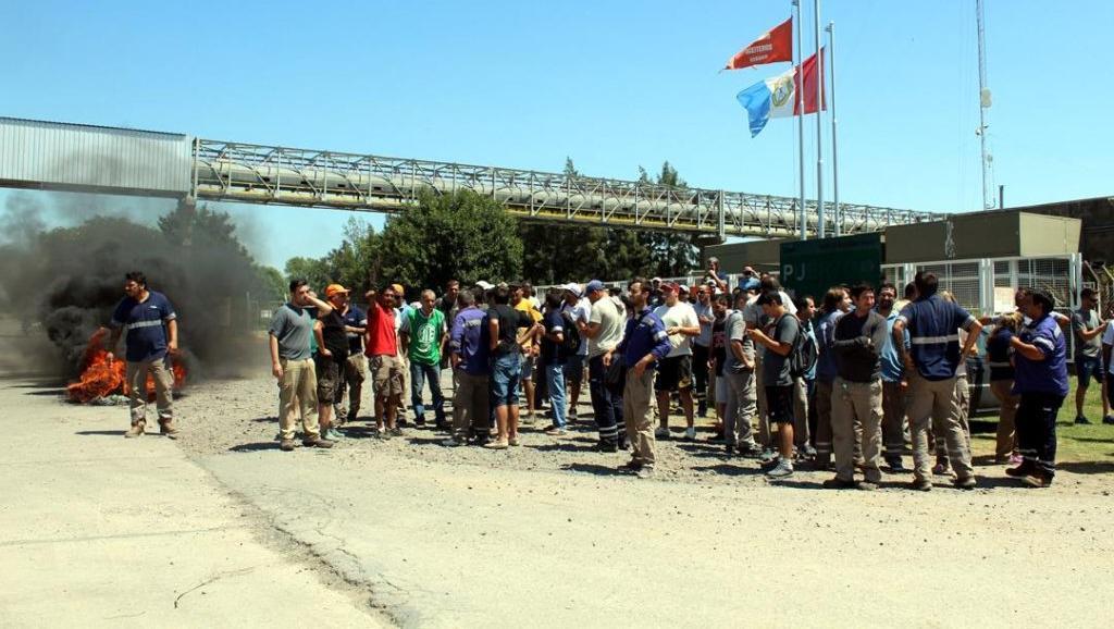 Los trabajadores dicen que la empresa mintió en la negociación.