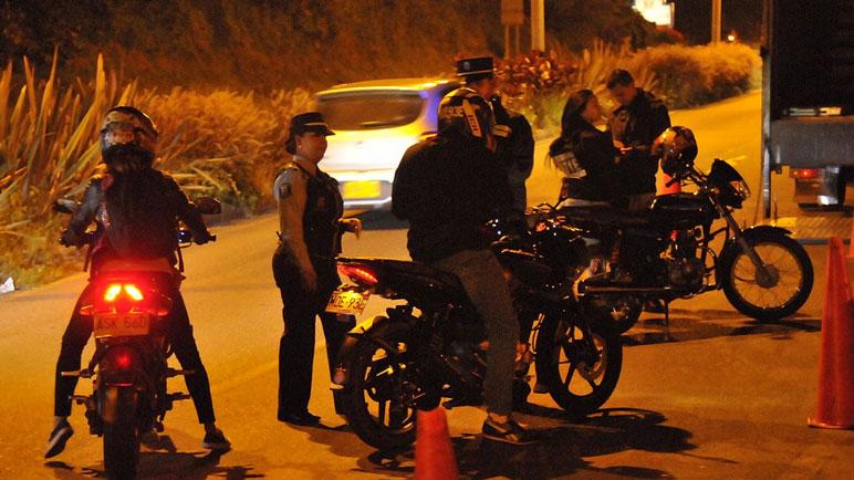 Los motociclistas son controlados constantemente en las madrugadas.