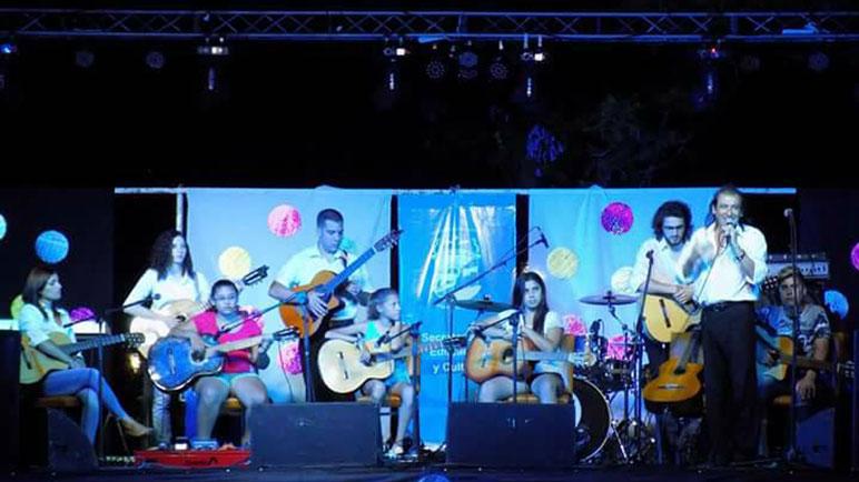 Juan Carlos Carreras y sus alumnos con todas las guitarras del festival.