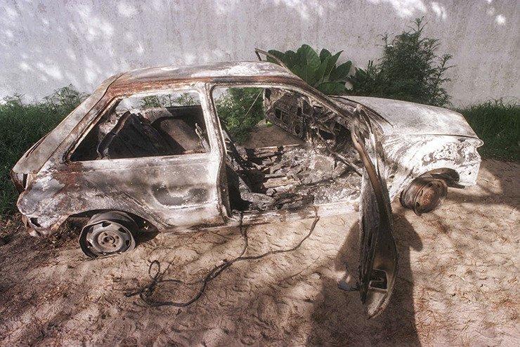 El auto incendiado en el que apareció el fotógrafo asesinado.
