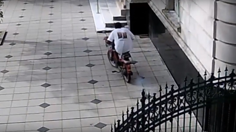 El hombre huye con la moto que robó del Palacio Municipal. (Cámara de Vigilancia)