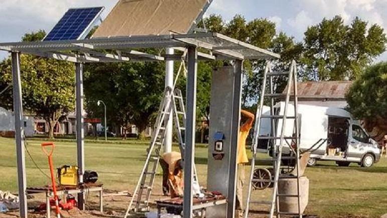 La estación solar está montada en el predio de ferrocarril, a escasos metros de la ruta 92.