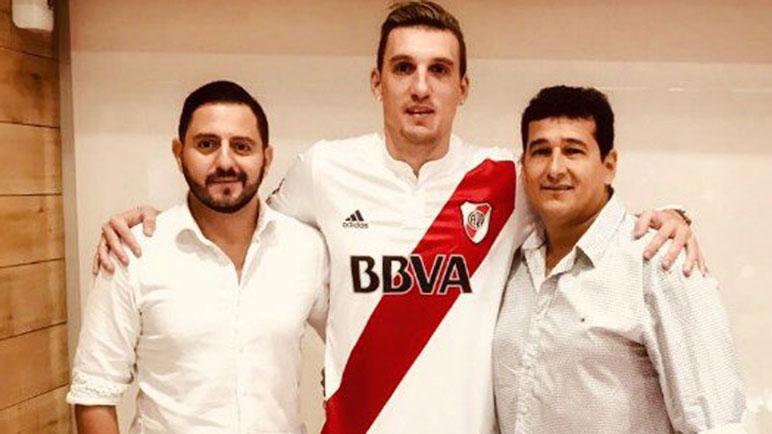 El día de la firma. Franco Armani posando con la camiseta de River.