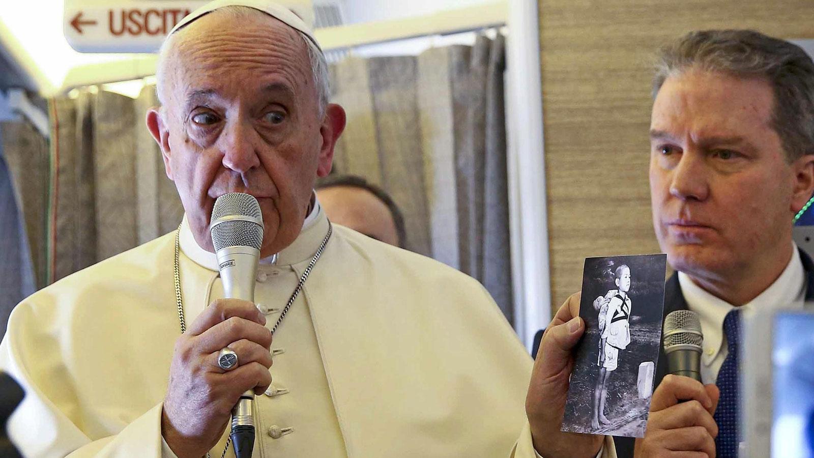 El papa Francisco sostiene una foto de una víctima de Nagasaki (EFE)
