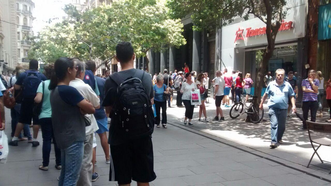 Largas colas en la Peatonal Córdoba para conseguir cambiar dinero.