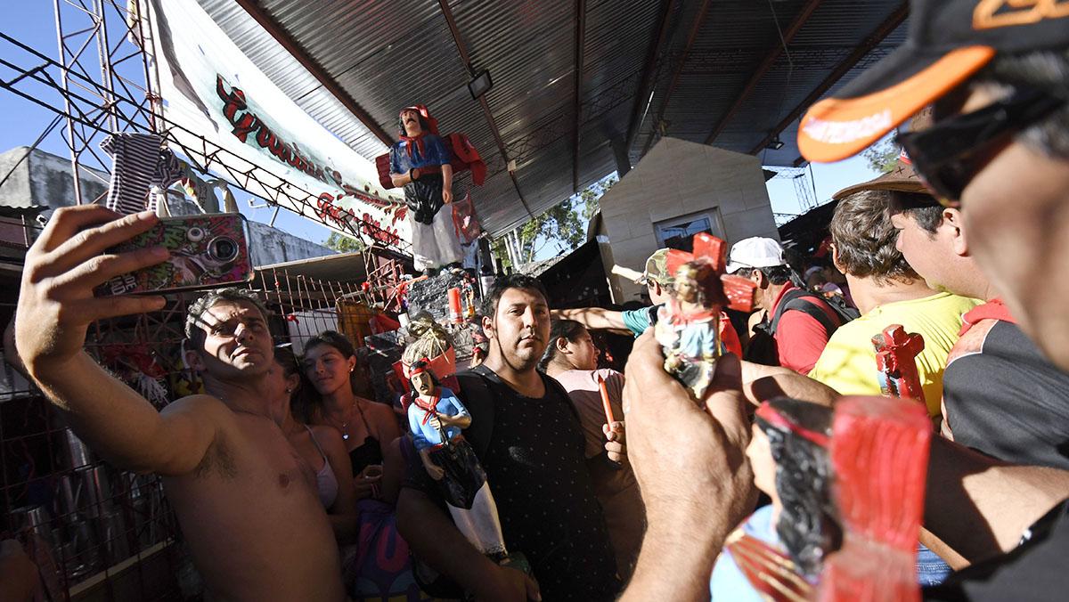 Selfies, rezos y promesas en el santuario (Juan José García)
