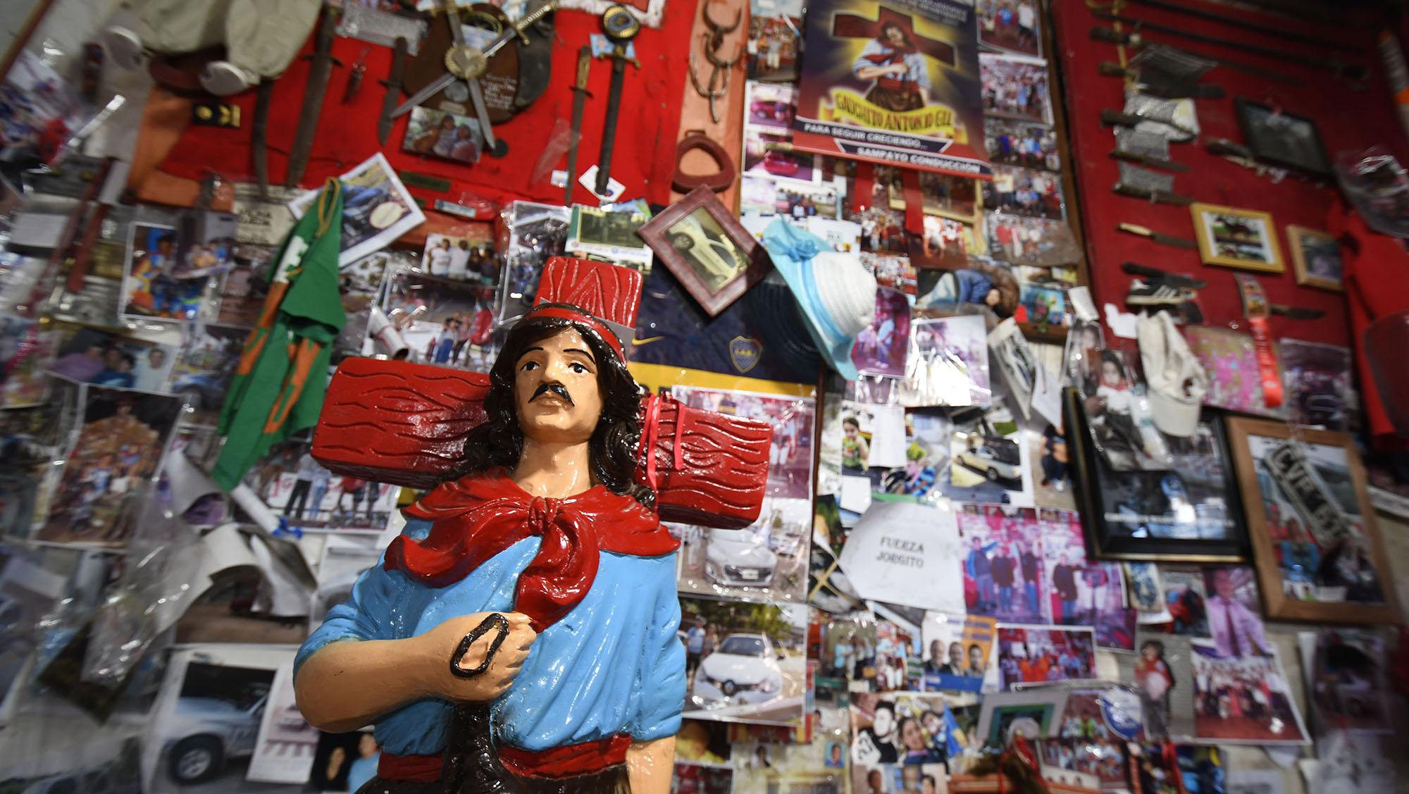 El santuario lleno deestampitas y prendas para el santopopular (J.J García)