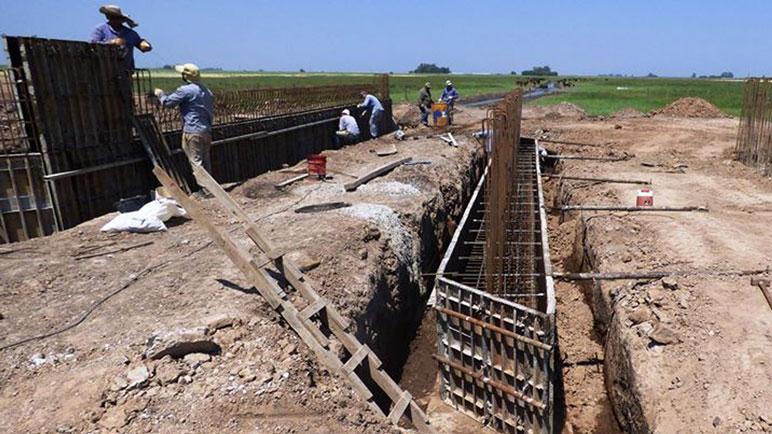 Los obreros trabajan en la construcción del puente para la 31-S.