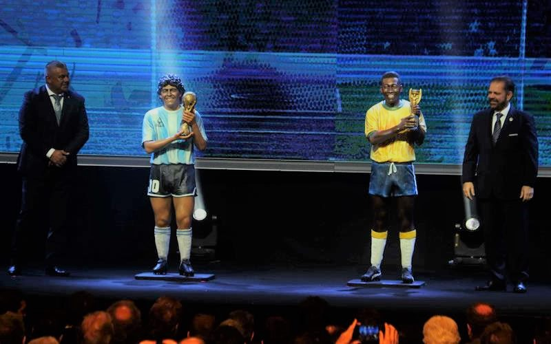Las estatuas de Maradona y Pelé