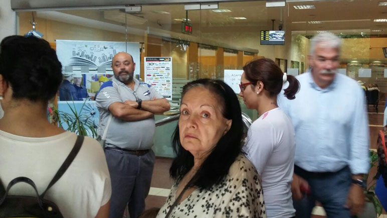 Caras largas, protestas y largas filas en los bancos de la ciudad.