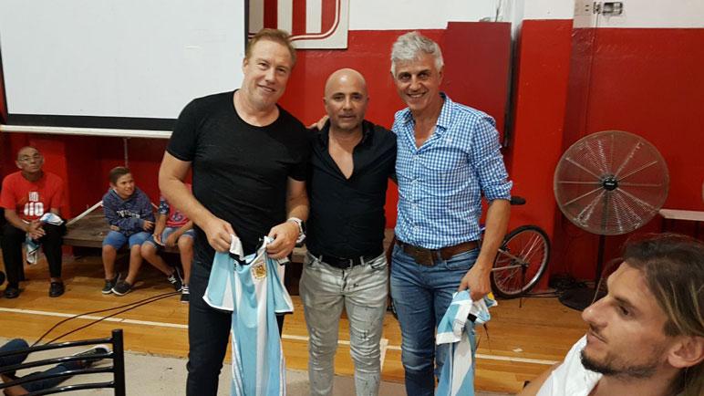 Sampaoli junto a Sensini y Giusti, presente y pasado del fútbol argentino.