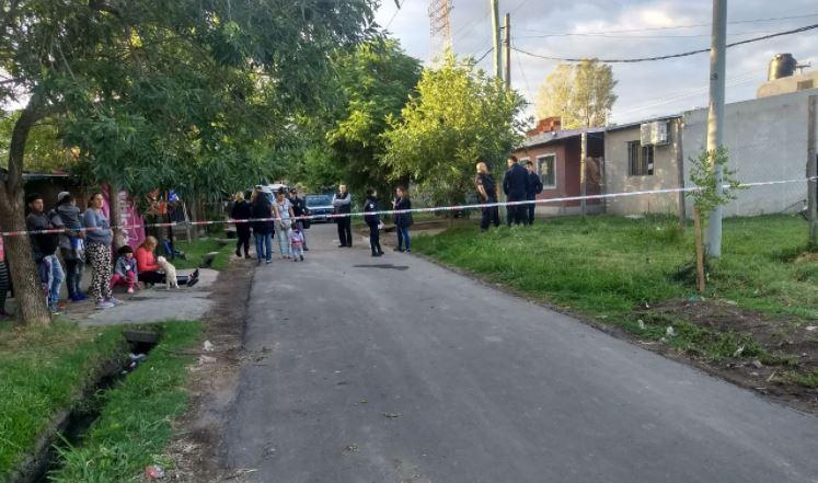 Trabajaen el lugar del crimenla fiscal Georgina Pairola, de Homicidios Dolosos. (Foto: @JoseljuarezJOSE)