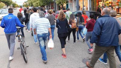 Este martes, la gente caminó la calle Buenos Aires.