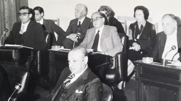 Armas cuando era senador provincial, detrás de él su esposa, María Inés Morra.