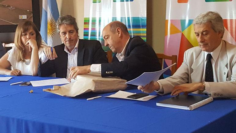 Los ministros, Garibay y Álvarez, abren los sobres ante la mirada de Paola Forcada.