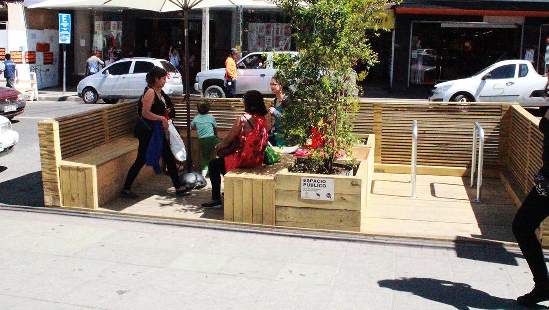 Una especie de livingurbano creado con maderas.