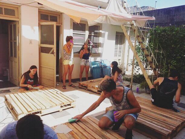 Los activistas crearon livings con palets.