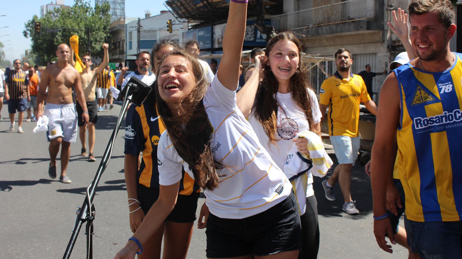 Entusiasmo auriazul en los minutos previos al partido del año.