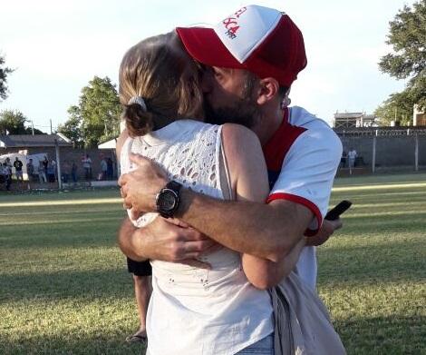 Nico Domíguez, DT campeón, abraza a su madre.