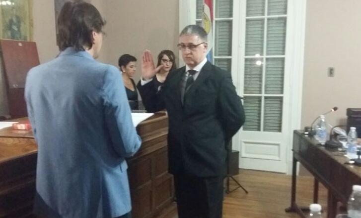 Pablo Zanetti le toma juramento a Adrián Ferrer, nuevo secretario.