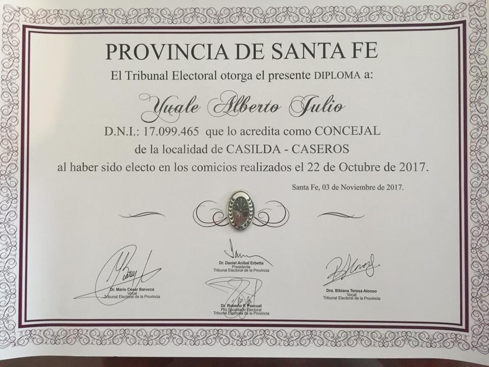Alberto Julio Yualéya tiene su diploma de concejal electo.