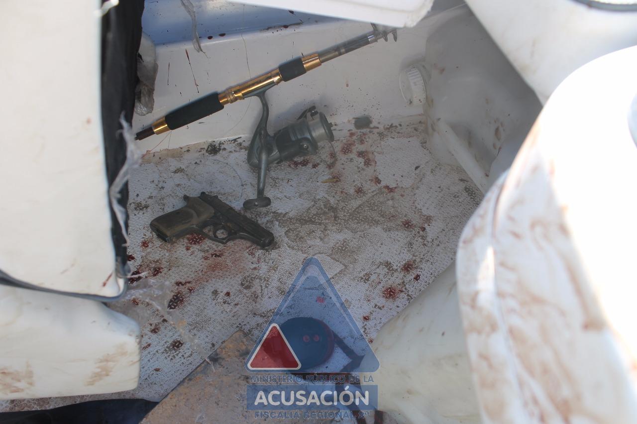La imagen difundida por la propia Fiscalía con la prueba del arma hallada en la lancha desmiente a la familia.