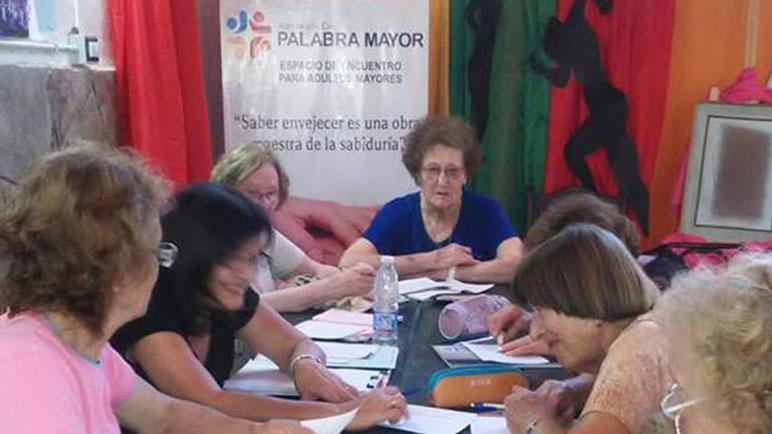 Las abuelas de Palabra Mayor participan de alrededor de 30 talleres.