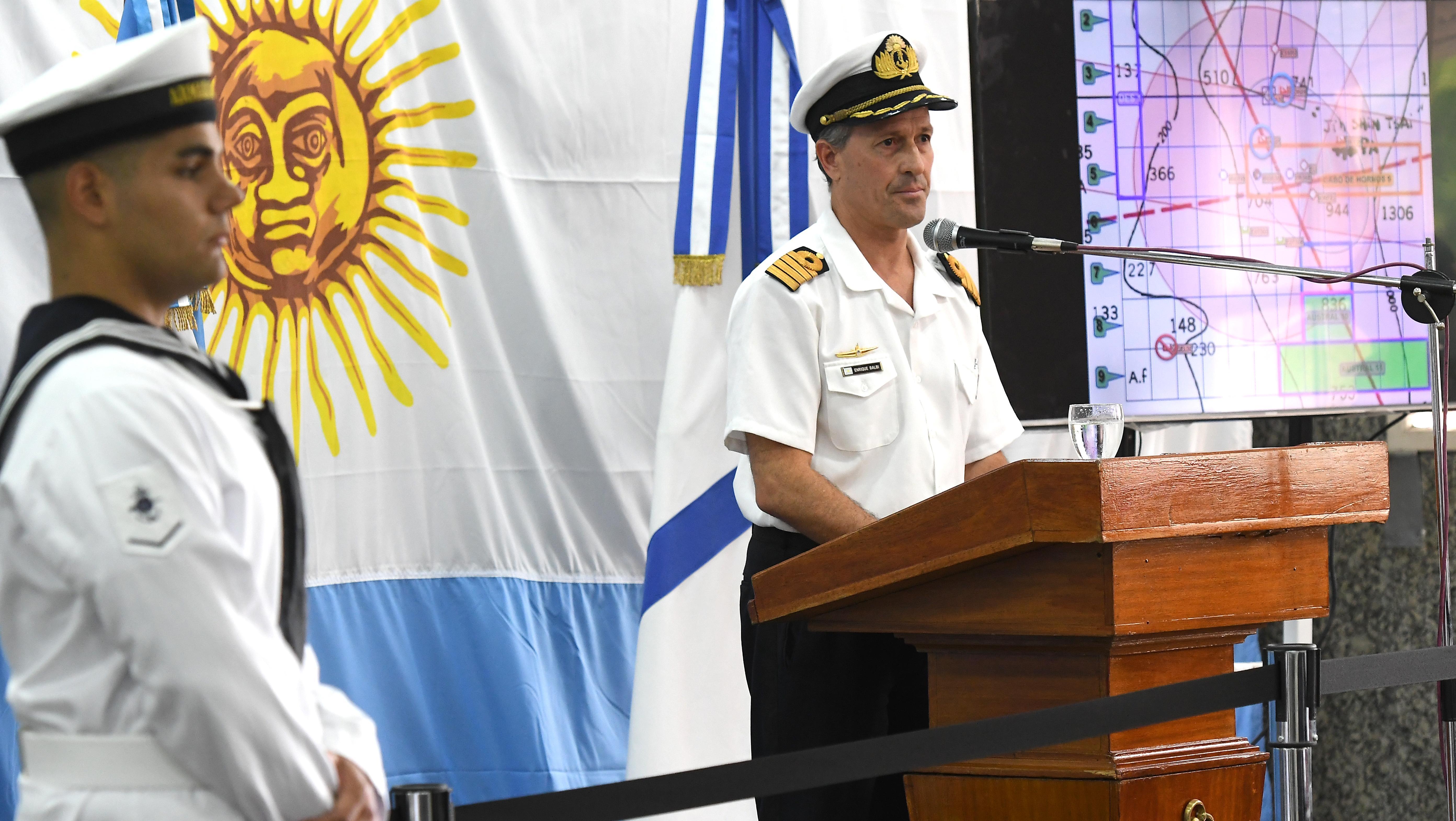 El vocero de la fuerza naval, capitán Enrique Balbi, en conferencia de prensa.