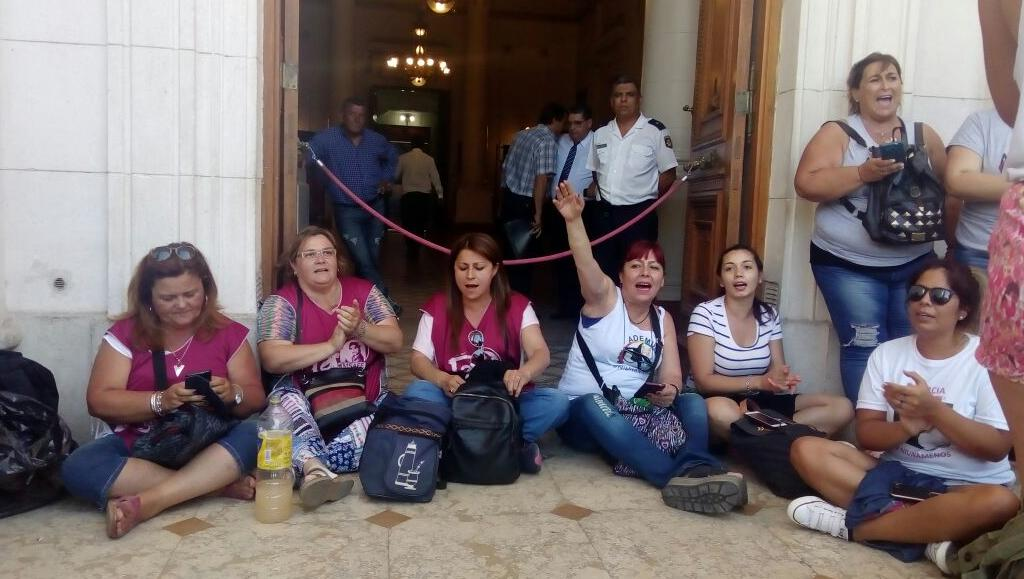 Mujeres se plantaron contra la decisión del senador Enrico, del departamento General López.