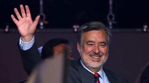 Alejandro Guillier, candidato de la coalición Nueva Mayoría, saluda a sus seguidoresen la sede del partido en Santiago de Chile.