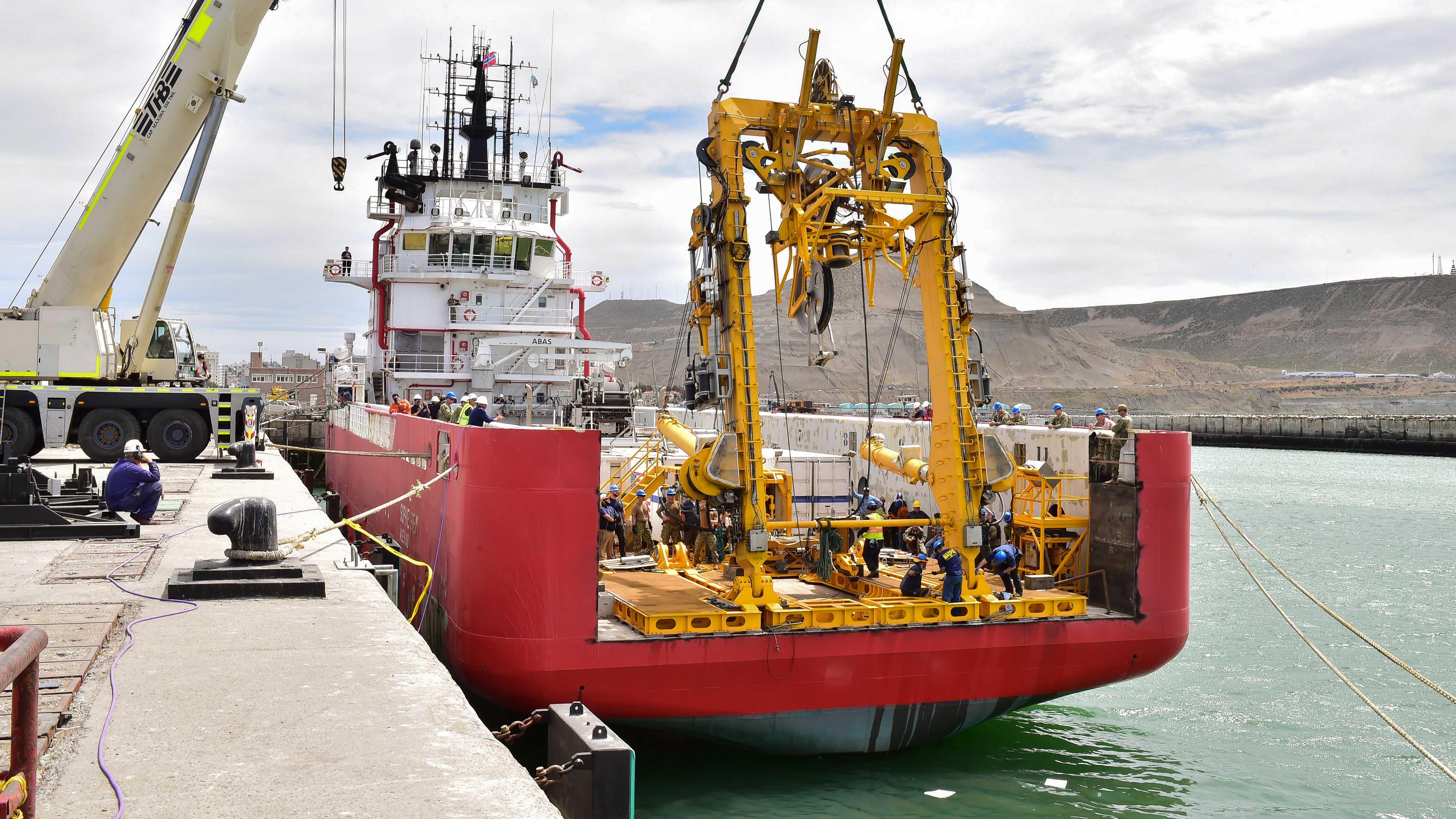 El buque Sophie Siem demoró su salida por no poder izar el minisubmarino. (Foto: Télam)