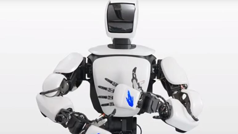 Un androide que se maneja con guantes