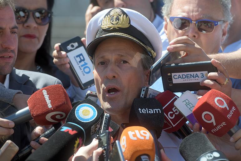El vocero de la Armada actualizando la información de la búsqueda