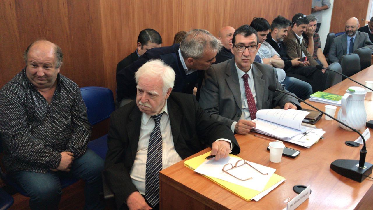 Los abogados delante, los acusados detrás. (JJ García)