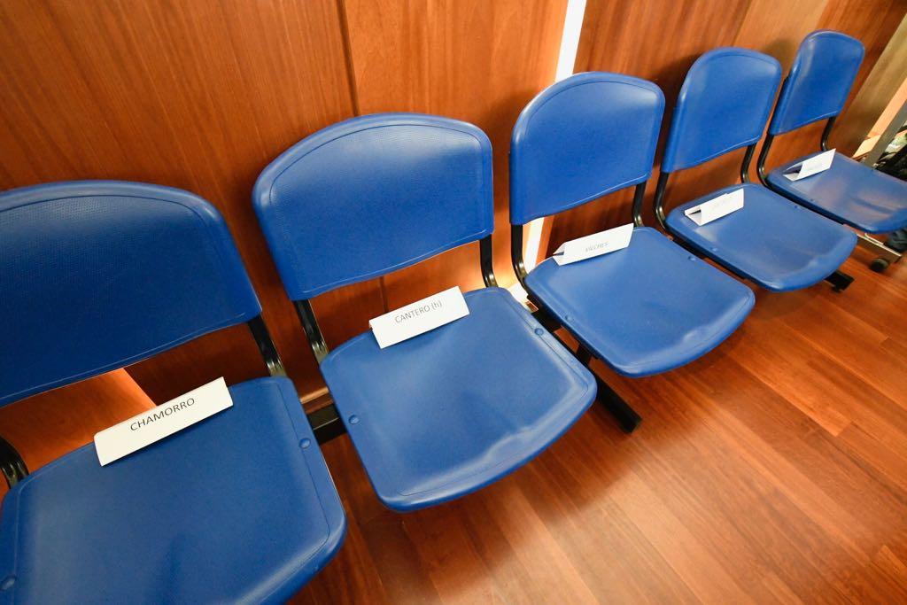 Las sillas vacías de los acusados que están bajo prisión preventiva.Luego, aceptaron entrar y las ocuparon. (JJ García)
