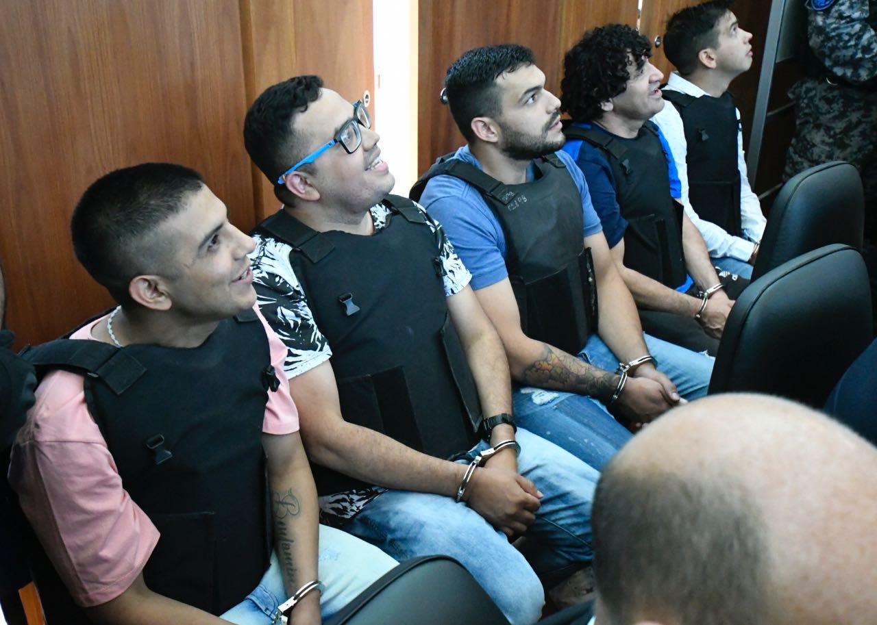 Guille Cantero (con anteojos), su padre, Máximo Ariel (penúltimo en la fila) y Monchi Cantero (último), ya sentados en el banquillo de acusados. (Juan José García)