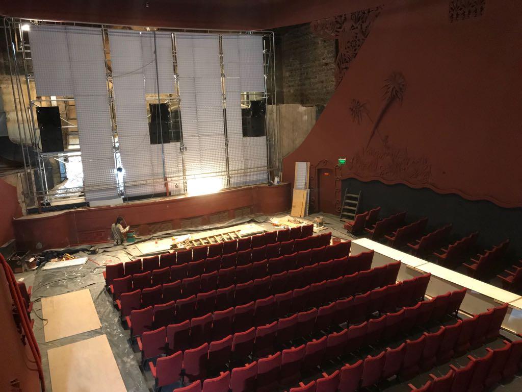 Las obras comprendieron entre otras cosas instalación de sonido detrás de la pantalla (Gentileza El Cairo).