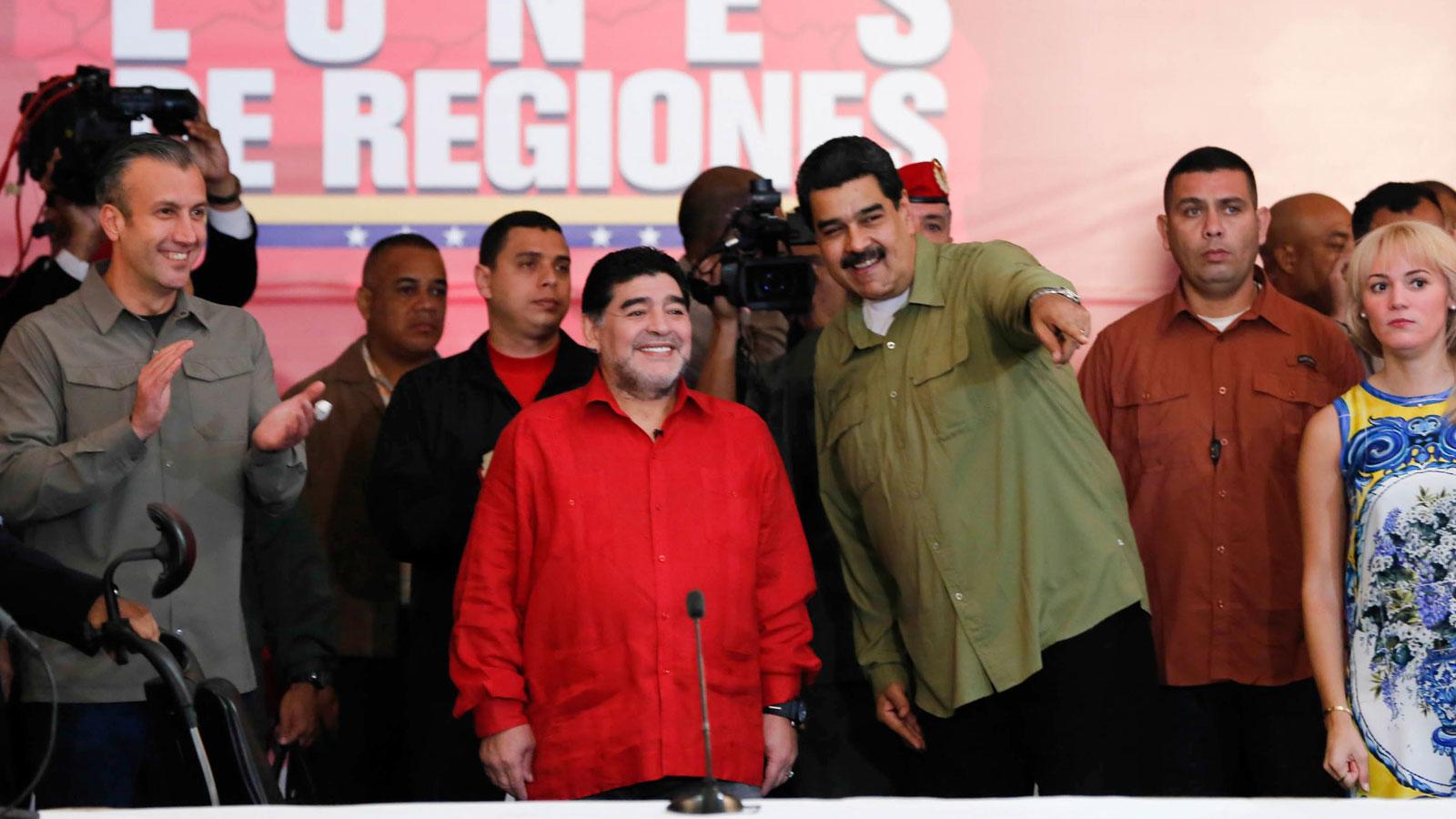 No es la primera vez que Maradona conduce un programa para Telesur
