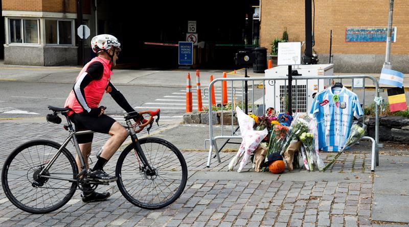 Un ciclista mira las ofrendas en el sitio donde perecieron los cinco rosarinos.