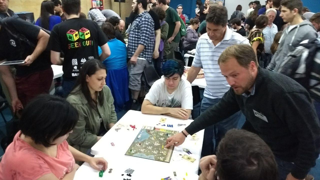 Toffoliexplicando cómo se juega Corona de Hierro en una reunión del Club de Juegos de mesa.