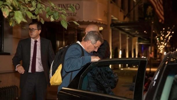 El cónsul Estremé, yendo a buscar a los familiares de los rosarinos muertos en elatentado.