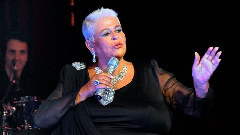 La cantante falleció después de una operación en la espalda.