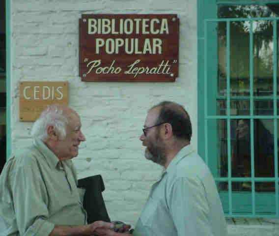 Rubén Naranjo (izq.) junto al director de la biblioteca, Carlos Núñez.