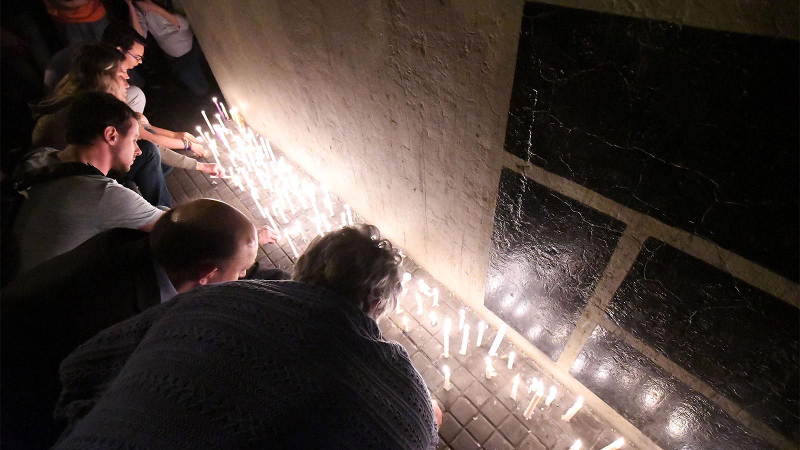 Con velas y silencio en memoria de los 5 rosarinos