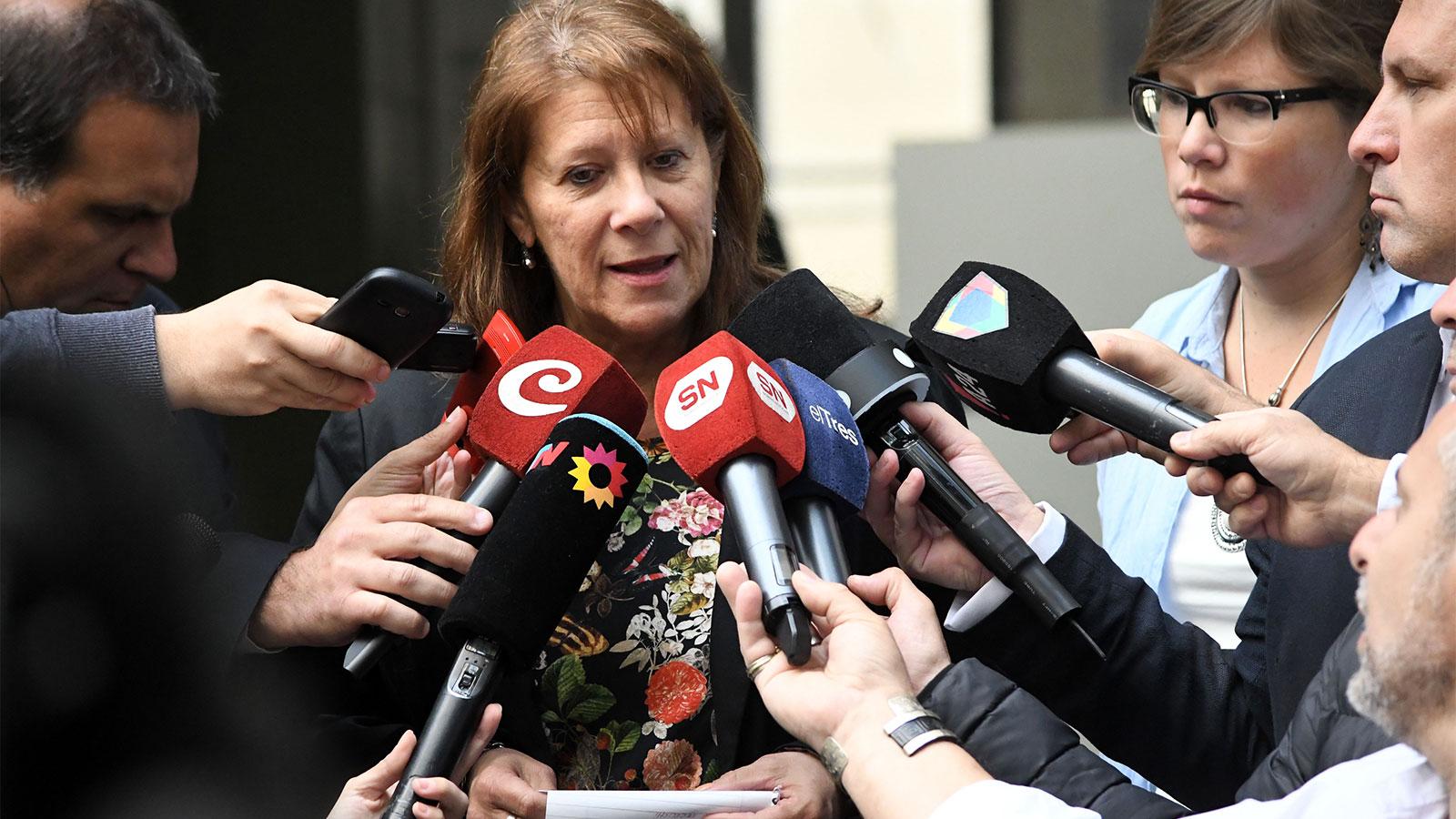 Patricia Zeoli, directora del Politécnico, asediada hoy por la prensa.
