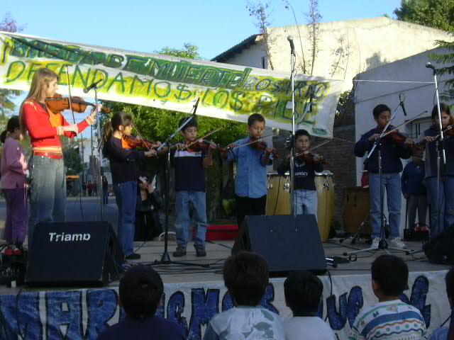 Niños del taller de música en su muestra de fin de año, allá por el 2004.